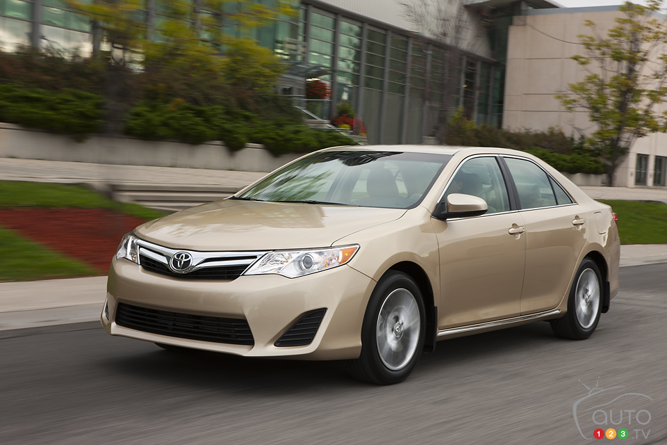 Toyota 2013 Camry 27 Car Background Wallpaper